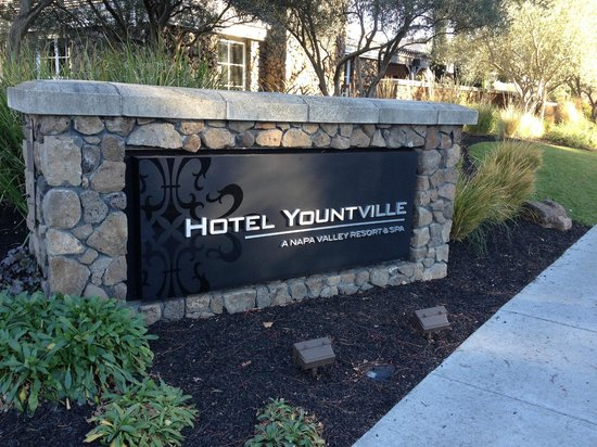 Hotel Yountville: Hotel Driveway Entrance