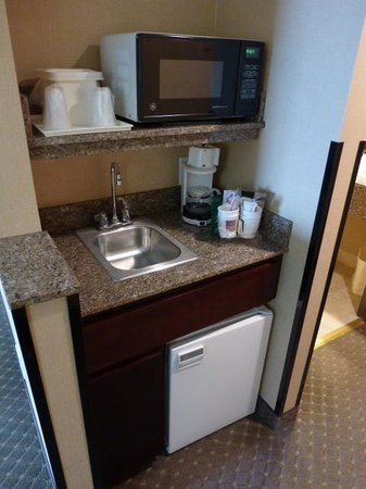 Comfort Suites : Small kitchen area