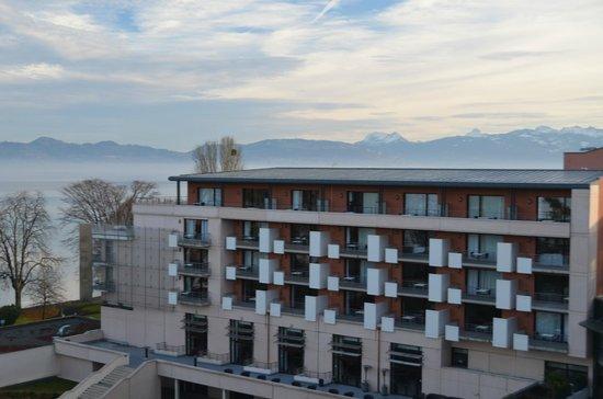 Hilton Evian-les-Bains: Vista Alpes Franceses e Fachada interior do hotel