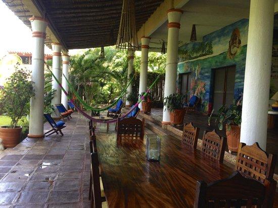 Los Raqueros: The patio and lounge area