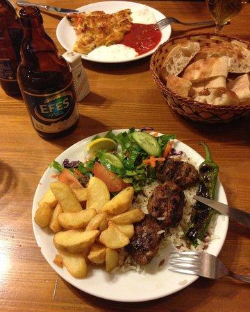 Nazar Borek & Cafe: Deliciosa comida turca en este lugar. Además atendido por su dueño.