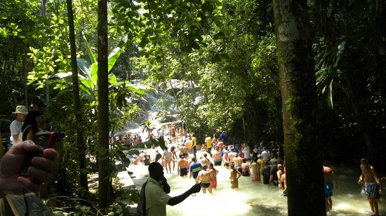 Dunn's River Falls and Park: People ready to climb