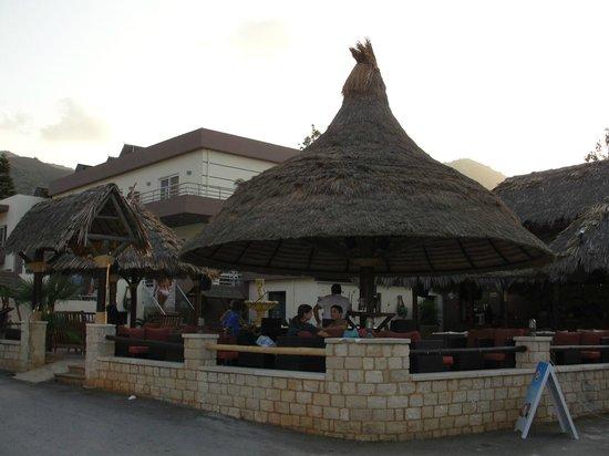 Hotel Nostos: Бар отеля на берегу моря.