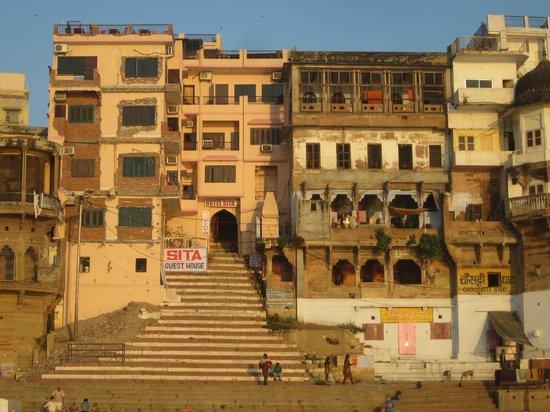 Hotel Sita Guest House: Вид на отель с лодки (прогулка по Гангу)  - наш балкон на 2-м этаже
