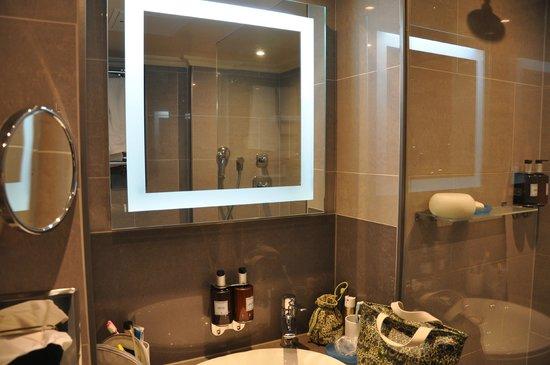 Radisson Blu Edwardian Mercer Street Hotel: Hotel bathroom
