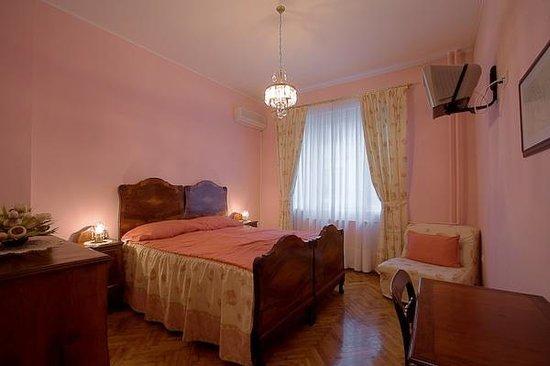 Casa Ferrari B&B: pink