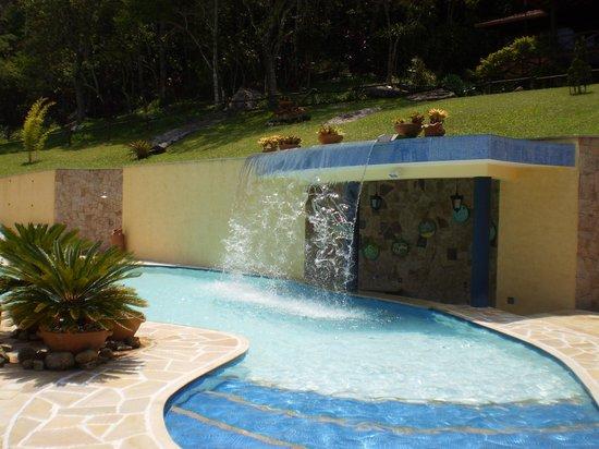 Uma piscina com cascata para lazer dos h spedes foto de for Fotos de modelos en piscinas