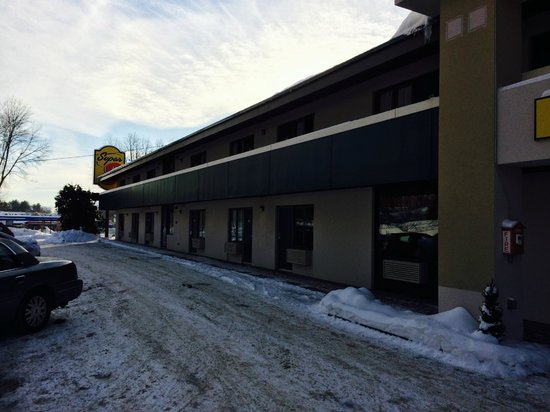 Super 8 White River Junction: Front of the hotel