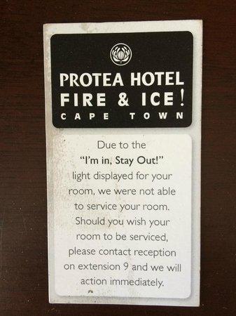 Protea Hotel Fire & Ice! by Marriott Cape Town: Papel que me deixaram, liguei o 9 e ninguém limpou o quarto esse dia!