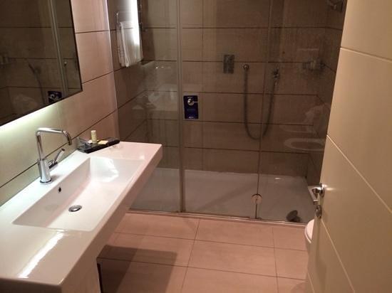 Radisson Blu Hotel, Milan: bagno camera doppia