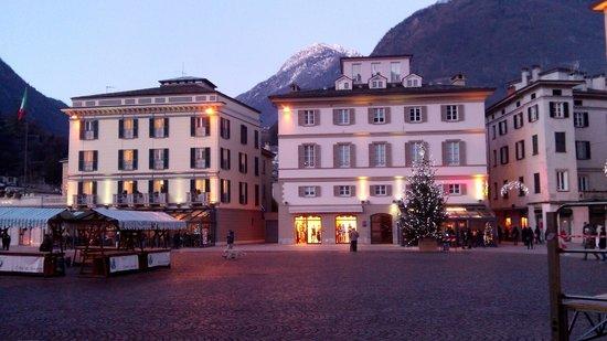 Grand Hotel della Posta: Вечерний вид из окна (снято на смартфон)