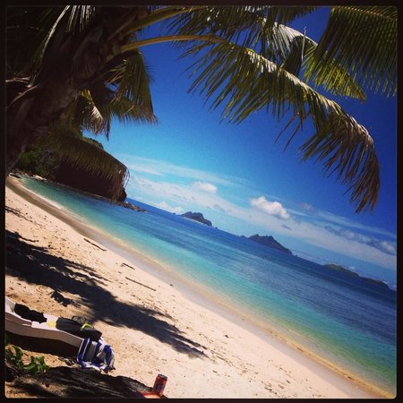 Mana Island Resort: North beach, couple of footsteps from our room