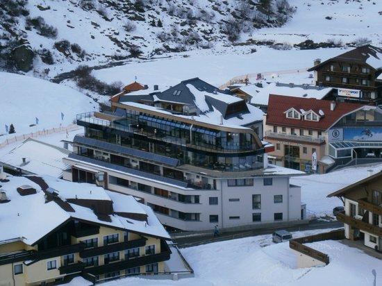 Josl Mountain Lounging: Voorkant van het hotel vanuit de lift