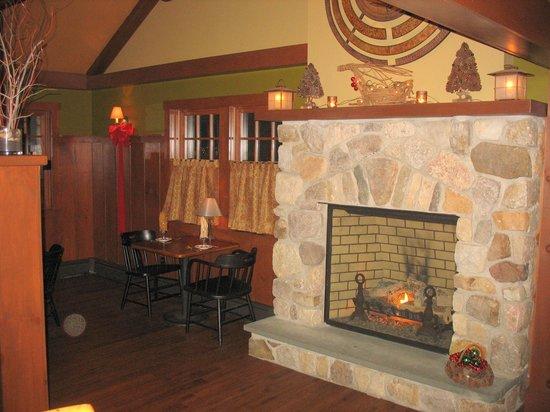 Stony Brae Restaurant & Pub: Warm, inviting interior with fireplace
