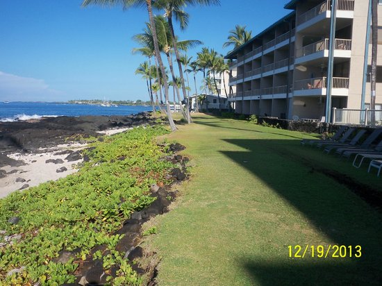 Kona Reef Resort: Behind the Building near the Sea Wall