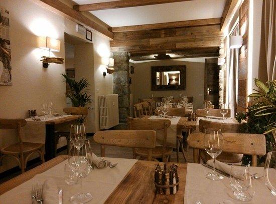 Interior picture of wood restaurant breuil cervinia