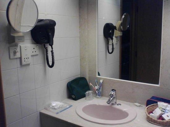 salle de bain - Picture of Mercure Alger Aeroport, Bab Ezzouar ...