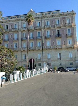 Des Etrangers Hotel & Spa: осторожно: дети могут выбежать прямо на проезжую часть (выход из отеля прямо на дорогу)