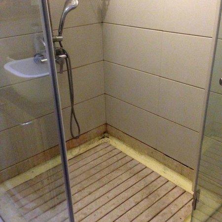 Le Waterina The Boutique Hotel: dirty bathroom