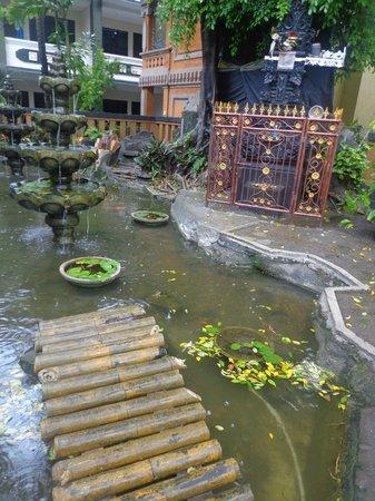 Bakungs Beach Hotel : tuin van het hotel