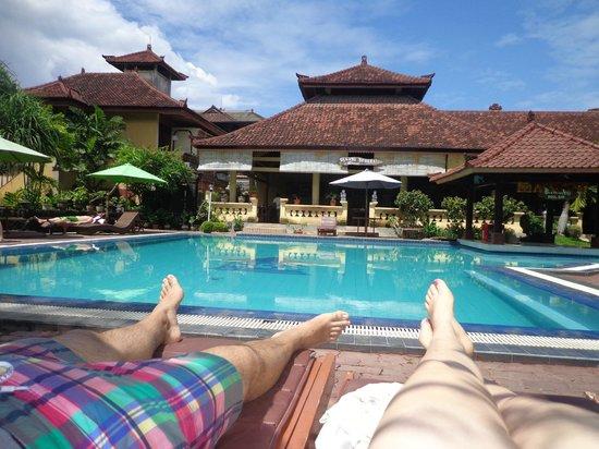 Bakungs Beach Hotel: zwembad met goede ligbedden en gezellige poolbar