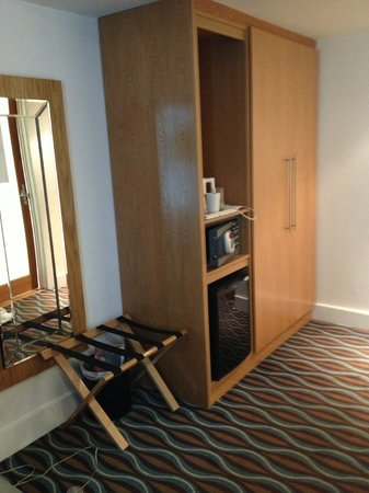 Holiday Inn Birmingham City Centre : wardrobe and tea making facilities