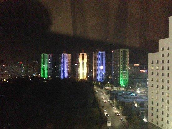 V- Continent Beijing Parkview Wuzhou: Abendlicher Blick aus dem Zimmerfenster