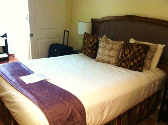 Vendange Carmel Inn & Suites: Bedroom