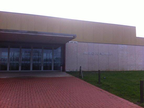 Museo de Altamira: puerta del museo