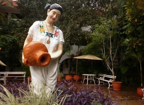 Hotel San Clemente: En su patio hay una reproducción de la mestiza similar a la que hay en la plaza principal