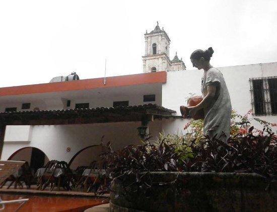 Hotel San Clemente: Cruzas la calle y estarás frente a la Iglesia de San Servacio