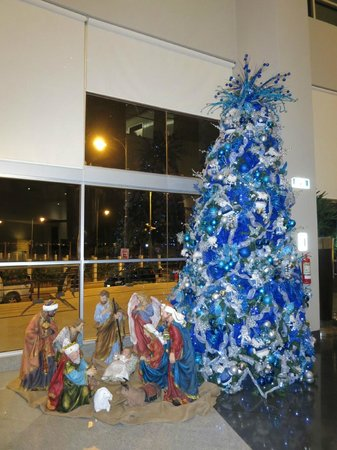Wyndham Guayaquil: Christmastime decor in the lobby