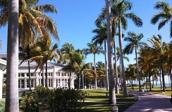 Grand Lucayan, Bahamas: Walk way to the manor house