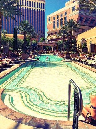The Palazzo Resort Hotel Casino: Pool at the Venetian...accessible via the Palazzo pool