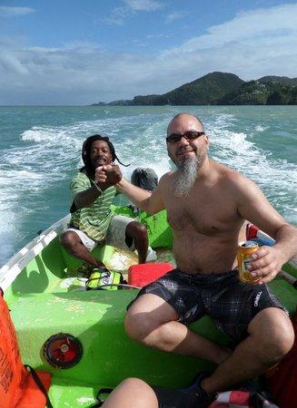 Villa Pomme d'Amour: Notre ami Vine qui nous fait faire une visite avec son bateau