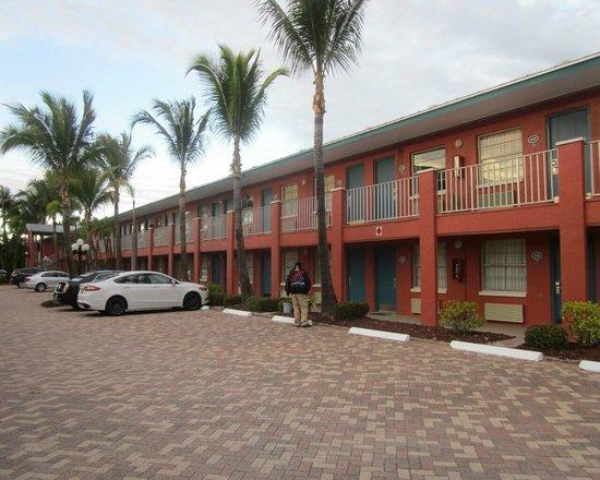 Holiday Inn Sanibel Island: side of the hotel