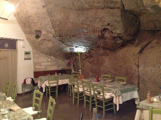 Ristorante La Berlera : La sala all'interno della roccia
