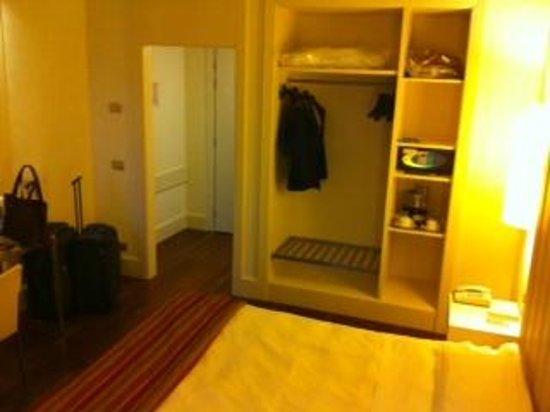 Hotel Londra: armadio a vista aperto