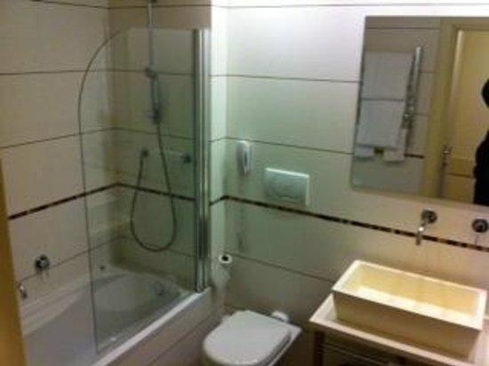 Hotel Londra: bagno con telefono (non si sa mai)