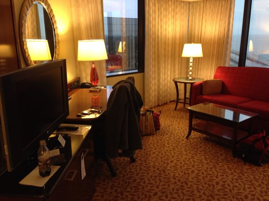 New Orleans Marriott Metairie at Lakeway: Desk area