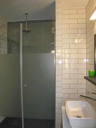 130 Rock Apartments: douche