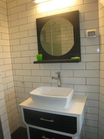 130 Rock Apartments: lavabo avec grands rangements