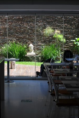 Ilum Experience Home: Dining area looks out onto a peaceful garden