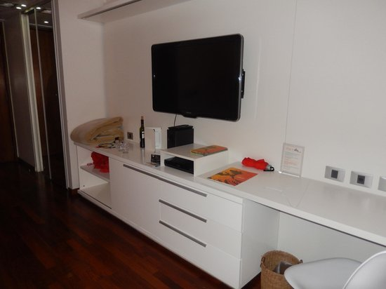 Ilum Experience Home : Desk and TV area in the room; real drawers!