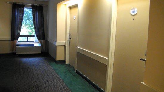 Baymont Inn & Suites Mason : hallway