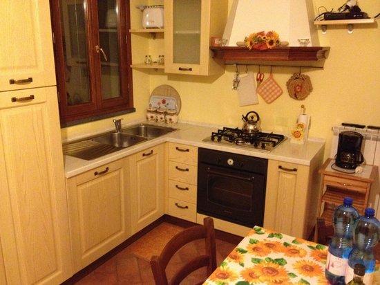 Agriturismo Casa Vacanze Belvedere Pozzuolo : Kitchen & dining area in Girasol suite
