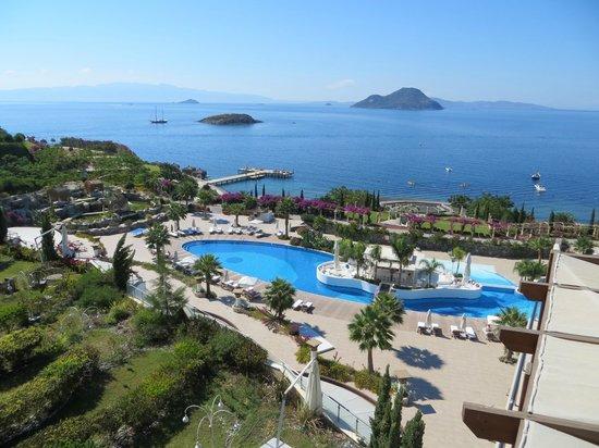 Sianji Wellbeing Resort: View of pool and Aegean