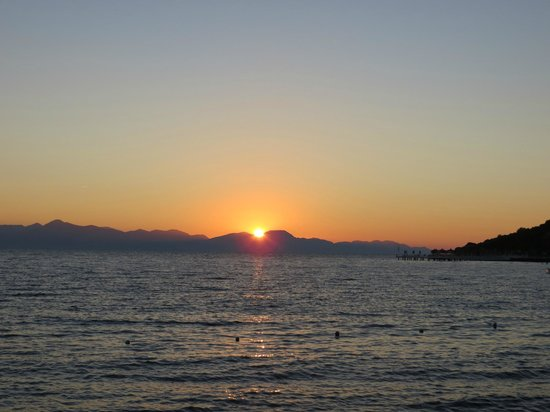 Sianji Wellbeing Resort: Sunset from the beach