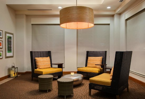 Hilton Garden Inn Lake Forest Mettawa: Oversized, comfortable lobby seating