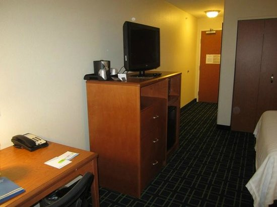 Fairfield Inn & Suites Tallahassee Central: Nice work desk area and dresser